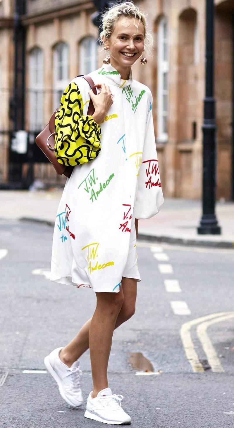50b086437b6 Φόρεμα με sneakers: Πώς να τα φορέσεις με στιλάτο τρόπο αυτή την ...