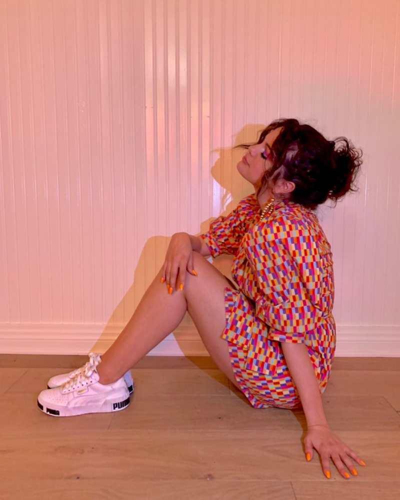 selena gomez σγουρά μαλλιά πολύχρωμο outfit